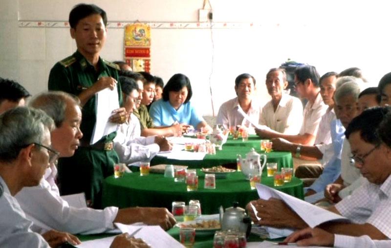 Đảng viên Đồn Biên phòng Cổ Chiên tham gia sinh hoạt tại Chi bộ ấp thuộc xã Giao Thạnh, huyện Thạnh Phú.