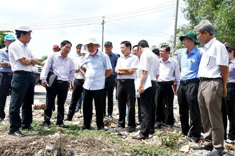 Bí thư Tỉnh ủy Võ Thành Hạo cùng đoàn khảo sát tìm hiểu qui trình xử lý rác tại bãi rác Phú Hưng.