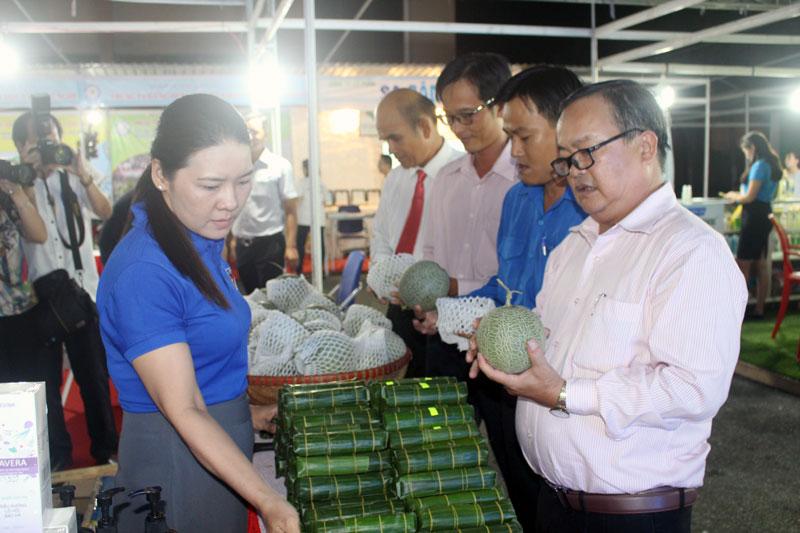 Các đại biểu tham quan các gian hàng trưng bày sản phẩm thanh niên khởi nghiệp tỉnh năm 2019.