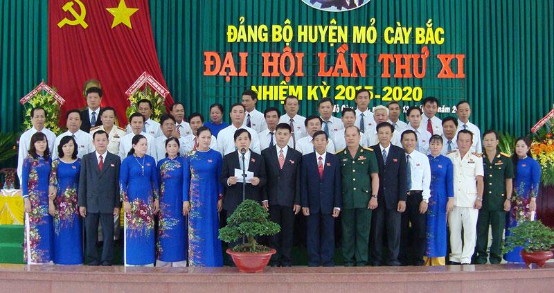 Ban Chấp hành Đảng bộ huyện Mỏ Cày Bắc, nhiệm kỳ 2015 - 2020, ra mắt trước Đại hội. Ảnh: Q.Hùng
