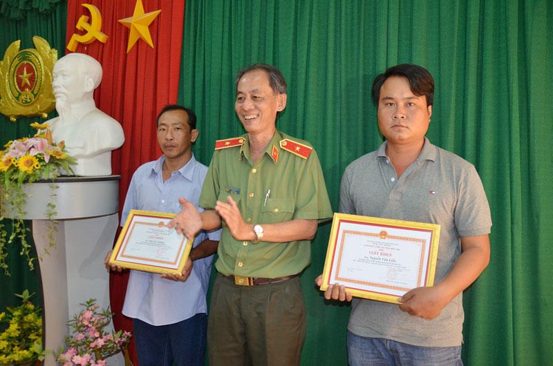 Thiếu tướng Nguyễn Văn Hoàng - Giám đốc Công an tỉnh trao giấy khen cho các cá nhân xuất sắc trong phong trào toàn dân bảo vệ ANTQ.