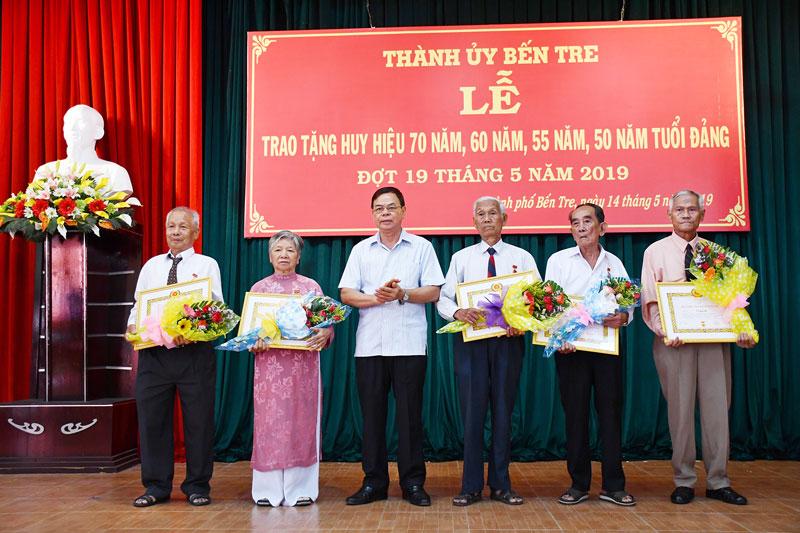 Bí thư Tỉnh ủy Võ Thành Hạo trao tặng huy hiệu Đảng cho các đảng viên của TP. Bến Tre. Ảnh: Hữu Hiệp