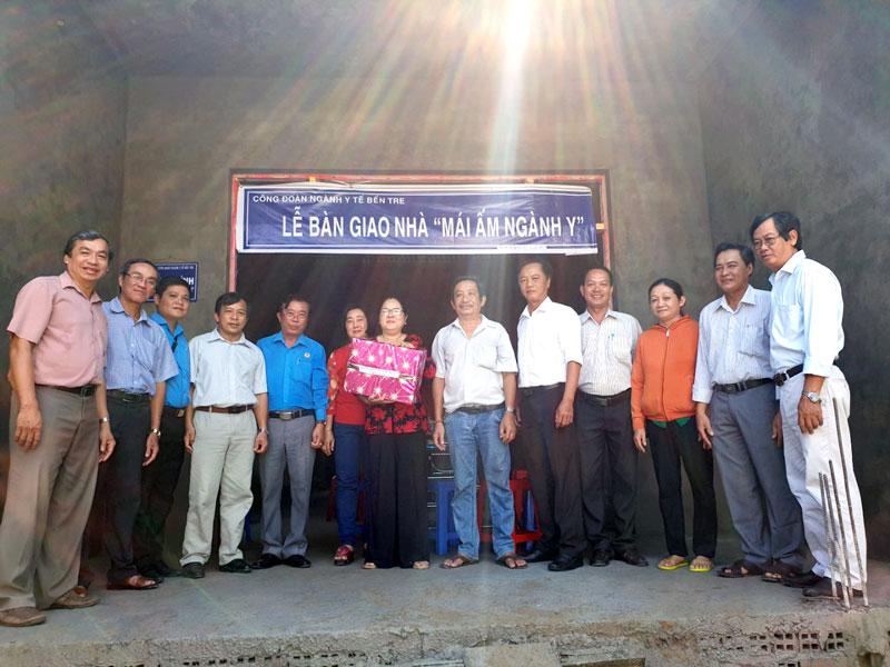 Đại diện lãnh đạo các cấp chụp ảnh lưu niệm cùng gia đình anh Nguyễn Văn Sáu.