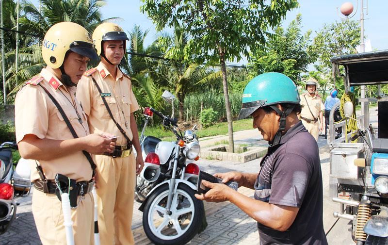 Cảnh sát Giao thông  tuần tra, kiểm soát an toàn giao thông.