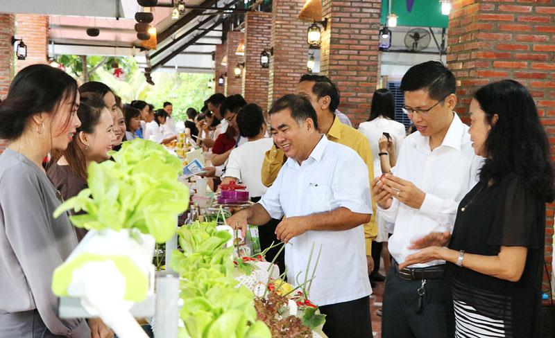 Tham quan các sản phẩm đặc sản Bến Tre trưng bày giới thiệu tại điểm du lịch Phú An Khang.
