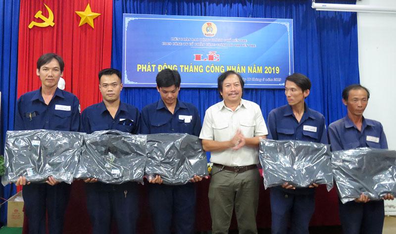 Quỹ tấm lòng vàng Báo Lao động tặng áo cho công nhân lao động.