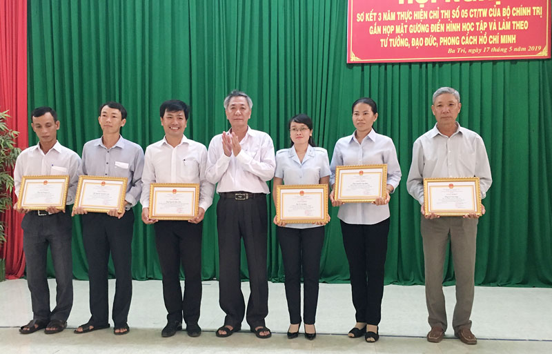 Huyện ủy Ba Tri khen thưởng các cá nhân, tập thể. Ảnh: Trà Dũng