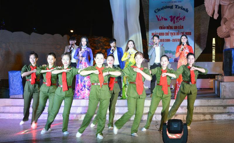 Tiết mục hát múa ca ngợi các thế hệ bộ đội Cụ Hồ.