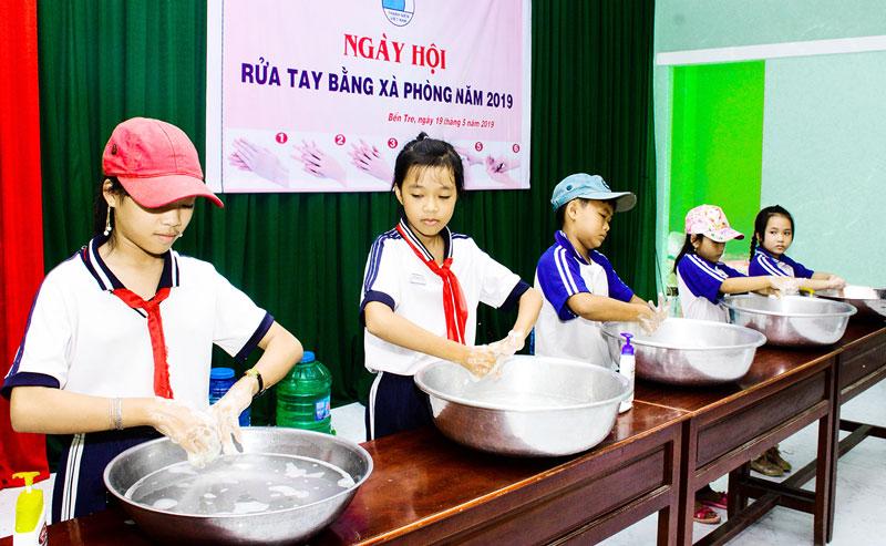 Học sinh Trường Tiểu học Thành An rửa tay bằng xà phòng.
