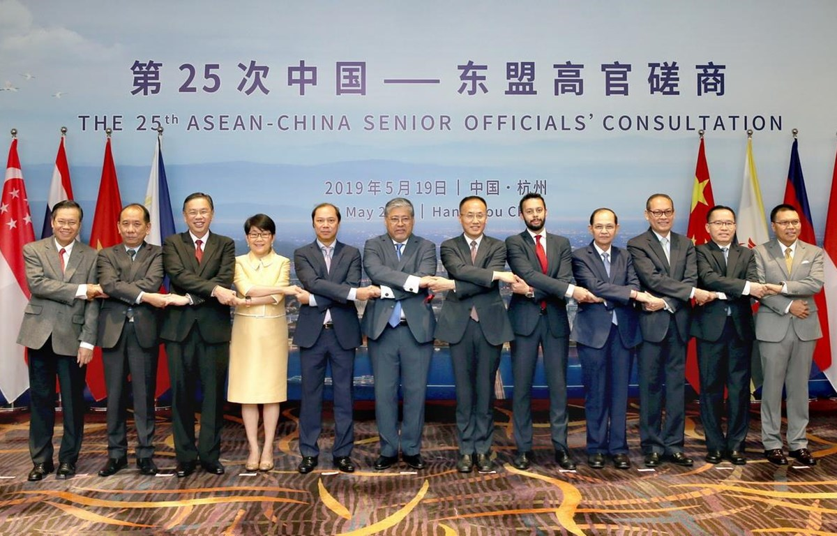 Các quan chức cấp cao ASEAN và Trung Quốc chụp hình chung. Ảnh: Lương Tuấn/TTXVN