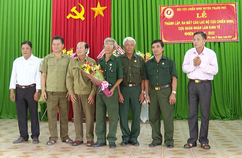 Phó bí thư Thường trực Huyện ủy Trần Thanh Tùng tặng hoa chức mừng Ban Chủ nhiệm Câu lạc bộ.