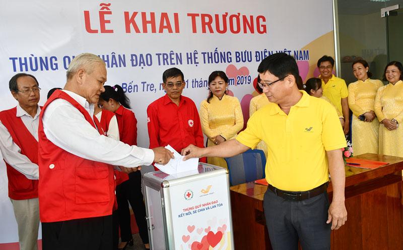 Các đại biểu ủng hộ Quỹ nhân đạo trên hệ thống bưu điện Bến Tre. Ảnh: H.Hiệp