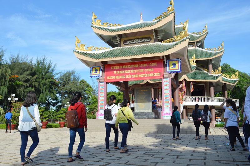 Khách đến tham quan Di tích Quốc gia đặc biệt mộ và khu lưu niệm Nguyễn Đình Chiểu nhân ngày truyền thống Văn hóa tỉnh 1-7.  Ảnh: Ánh Nguyệt
