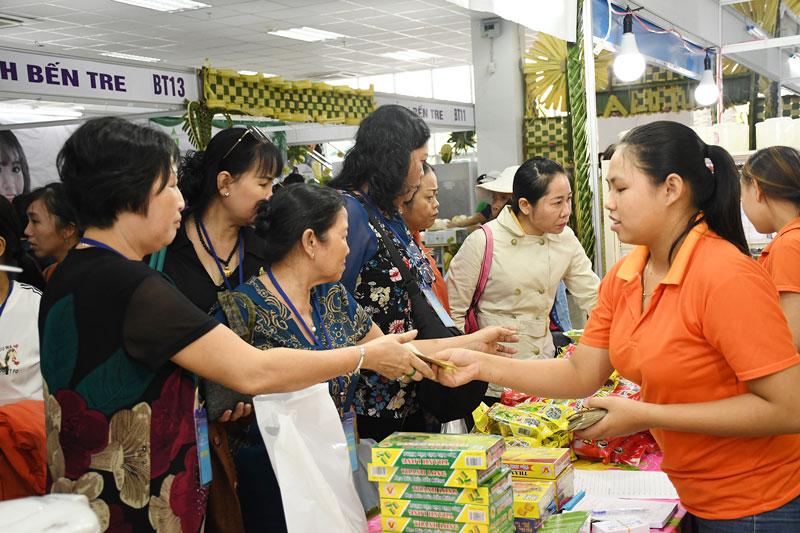 Giới thiệu sản phẩm đặc sản Bến Tre tại Hội chợ kết nối giao thương TP. Hồ Chí Minh - Bến Tre.  Ảnh: H. Hiệp