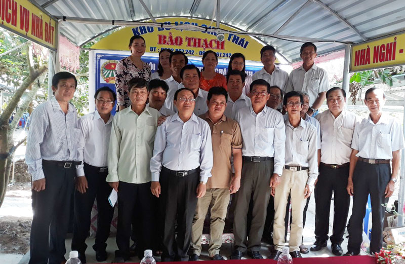 Đại biểu tham dự chụp hình lưu niệm với Câu lạc bộ Nông dân tỷ phú huyện Châu Thành. Ảnh: Nhựt Chiêu