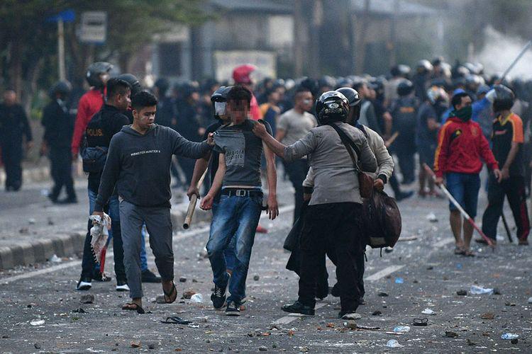 Cảnh sát bắt giữ người biểu tình quá khích. Nguồn: Kompas.com