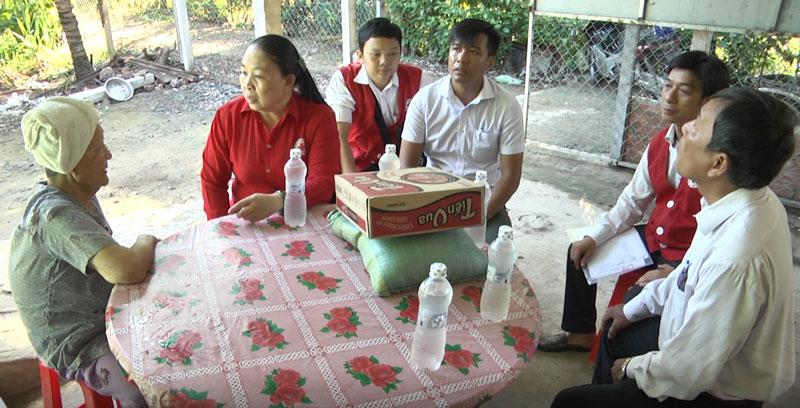 Đoàn thăm hỏi gia đình khó khăn xã An Khánh.