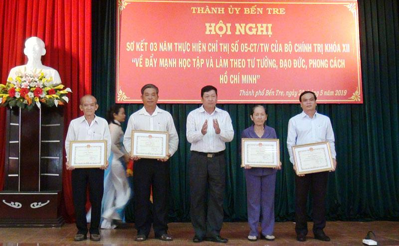 Phó bí thư Thường trực Thành ủy Võ Thanh Hồng trao thưởng cho các tập thể. Ảnh: Hồng Quốc
