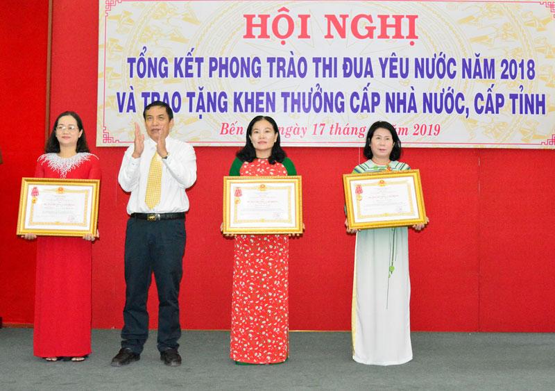 Đại diện Trường Tiểu học Bến Tre (thứ hai, từ phải sang) nhận Huân chương Lao động hạng Nhất. Ảnh: Hiếu Trịnh