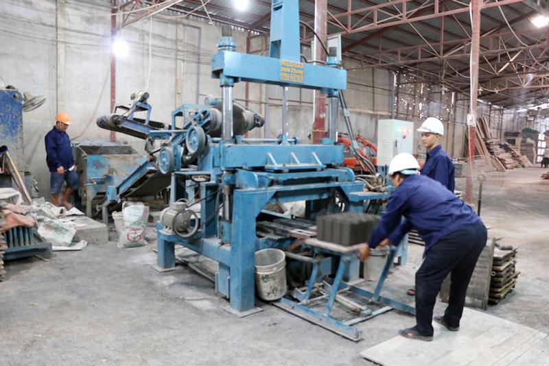 Sản xuất gạch không nung tại Công ty TNHH MTV Phúc Thịnh, xã Nhơn Thạnh, TP. Bến Tre.