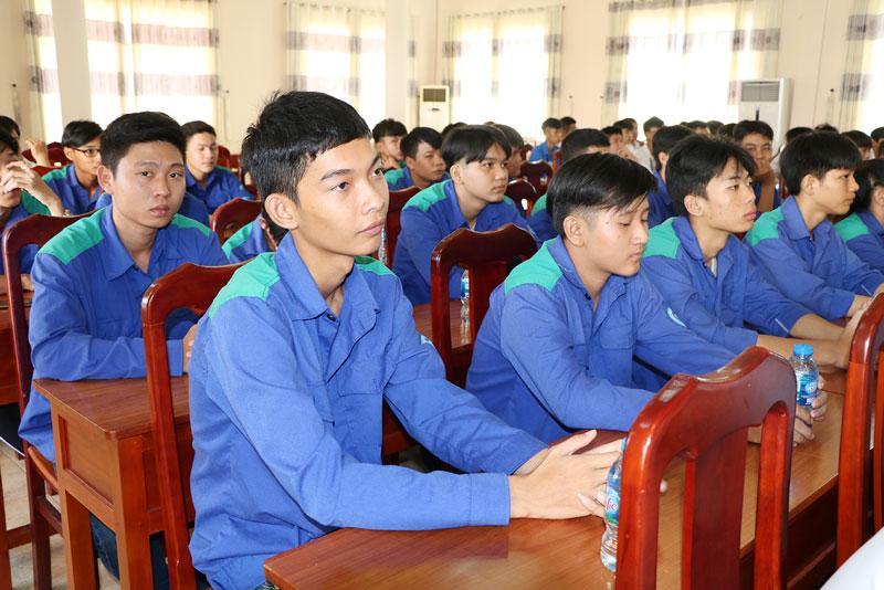 Học sinh Trường Trung cấp Công nghệ Bến Tre tham gia buổi khai mạc hội thi.