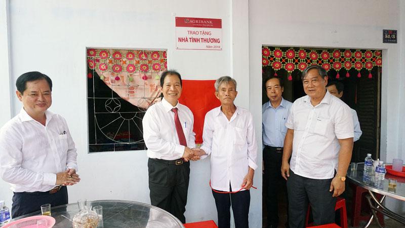 Phó chủ tịch UBND tỉnh Nguyễn Hữu Phước (bìa phải) và Giám đốc Agribank Bến Tre Vũ Hồng Dụ (bìa trái) tại lễ bàn giao nhà cho các hộ dân.
