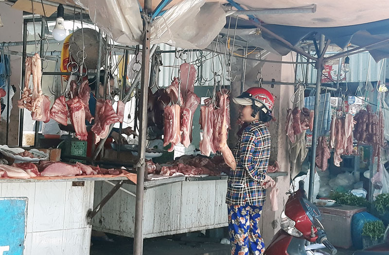 Thịt heo được bày bán tại chợ. Ảnh: KM