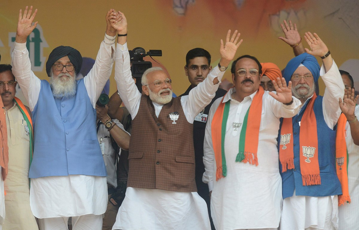 Thủ tướng Ấn Độ Narendra Modi (giữa), cựu Thủ hiến bang Punjab Parkash Singh Badal (trái) và Chủ tịch Đảng BJP Shwait Malik (thứ 2, phải) tại lễ míttinh của BJP ở Hoshiarpur ngày 10-5-2019. Ảnh: AFP/TTXVN