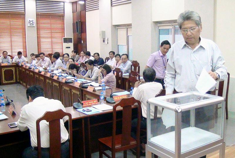 Các thành viên Ban chỉ đạo thành phố bỏ phiếu đề nghị công nhận xã Sơn Đông đạt chuẩn NTM.