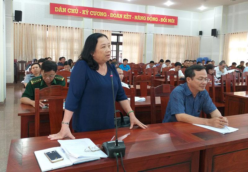 Báo cáo viên tham gia thảo luận tại hội nghị.