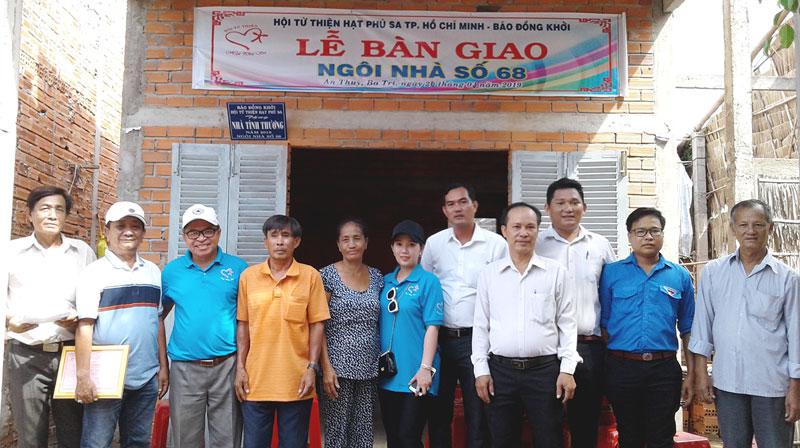 Đại biểu chụp ảnh lưu niệm với gia đình ông Hồ Văn Danh.