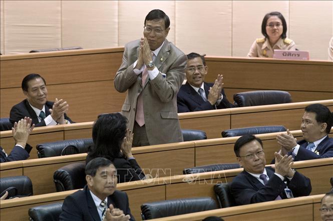 Ông Pornpetch Wichitcholchai (giữa) sau khi được bầu làm Chủ tịch Hội đồng Lập pháp Quốc gia (NLA) tại phiên họp Quốc hội ở Bangkok, Thái Lan. Ảnh tư liệu: AFP/TTXVN