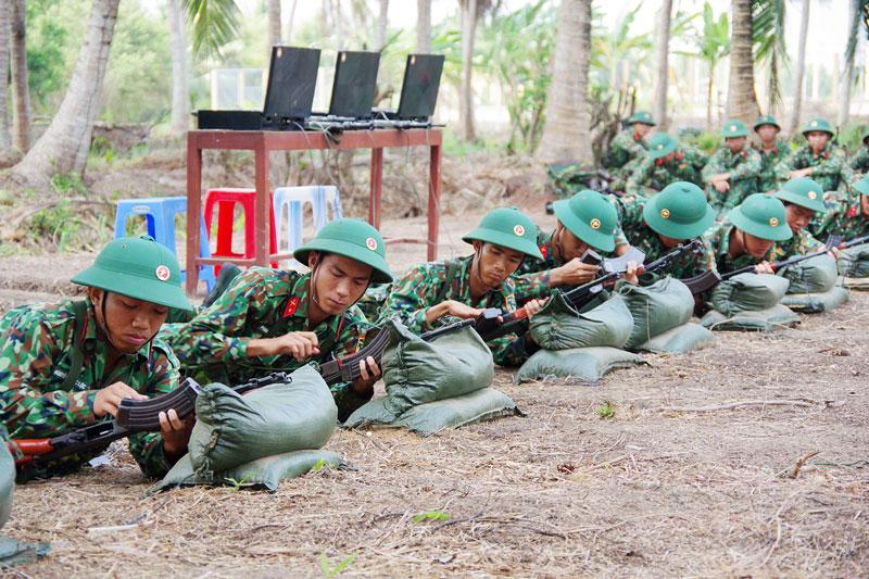 Các chiến sĩ mới tham gia huấn luyện. Ảnh: Đặng Thạch