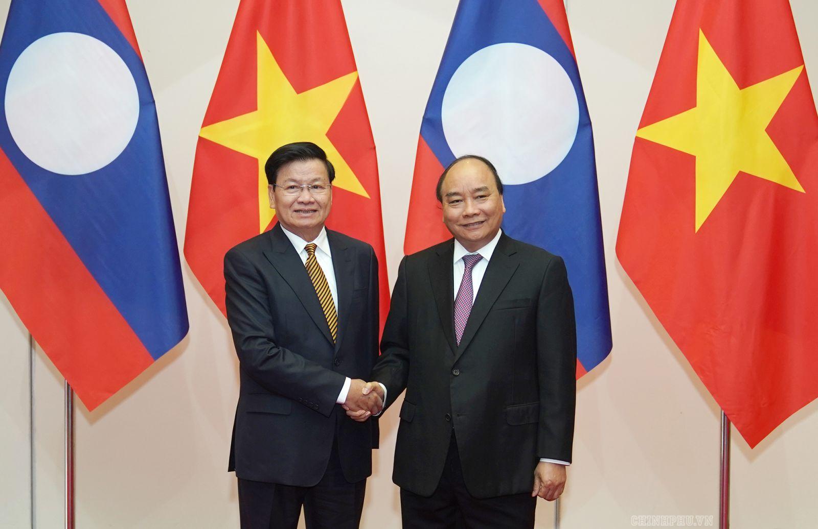 Thủ tướng Nguyễn Xuân Phúc và Thủ tướng Lào Thongloun Sisoulith. Ảnh VGP/Quang Hiếu