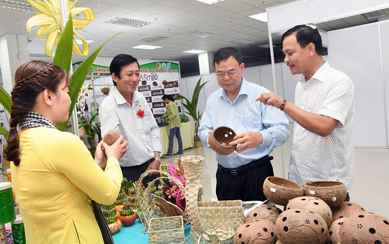 Các sản phẩm từ dừa Bến Tre được giới thiệu tại các hội chợ. Ảnh: TH