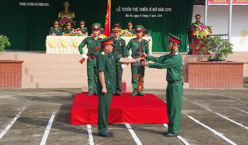 Chỉ huy Trung đoàn BBKTT trao vũ khí cho chiến sĩ.