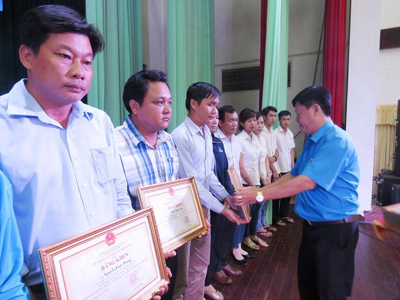 Chủ tịch Liên đoàn Lao động tỉnh Phan Song Toàn trao bằng khen của UBND tỉnh cho công nhân lao động tiêu biểu năm 2018. Ảnh: T.Q