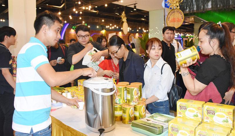 Bến Tre giới thiệu sản phẩm đặc trưng của tỉnh tại TP. Hồ Chí Minh. Ảnh: Cẩm Trúc