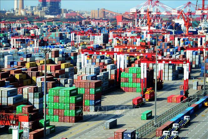 Hàng hóa được xếp tại cảng ở Thanh Đảo, tỉnh Sơn Đông, Trung Quốc. Ảnh: AFP/TTXVN