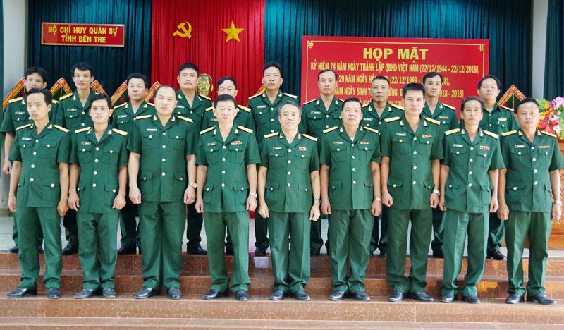 Cán bộ, giáo viên Trường Quân sự tỉnh chụp ảnh lưu niệm nhân kỷ niệm 74 năm Ngày thành lập Quân đội nhân dân Việt Nam.