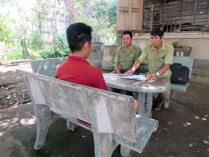 Cựu chiến binh xã An Thủy, huyện Ba Tri vận động người nghiện cai nghiện tại cộng đồng.