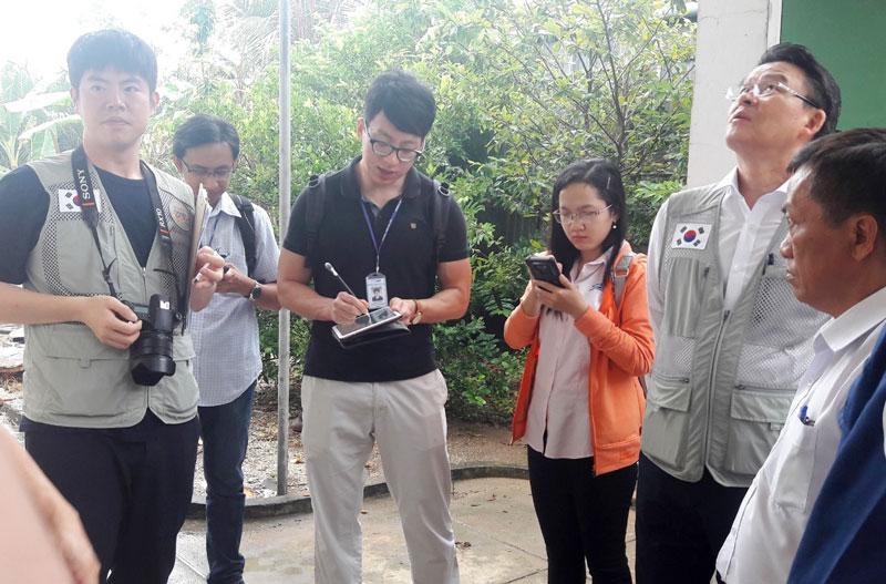 Đại diện Công ty Unisoll Vina khảo sát thực tế tại Nhà máy nước Tân Trung (Mỏ Cày Nam).