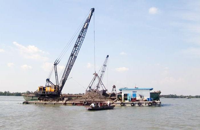 Phòng Cảnh sát môi trường bắt quả tang các phương tiện khai thác cát trái phép trên sông Cổ Chiên.