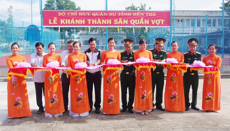 Thủ trưởng Bộ CHQS tỉnh và các nhà tài trợ cắt băng khánh thành sân quần vợt
