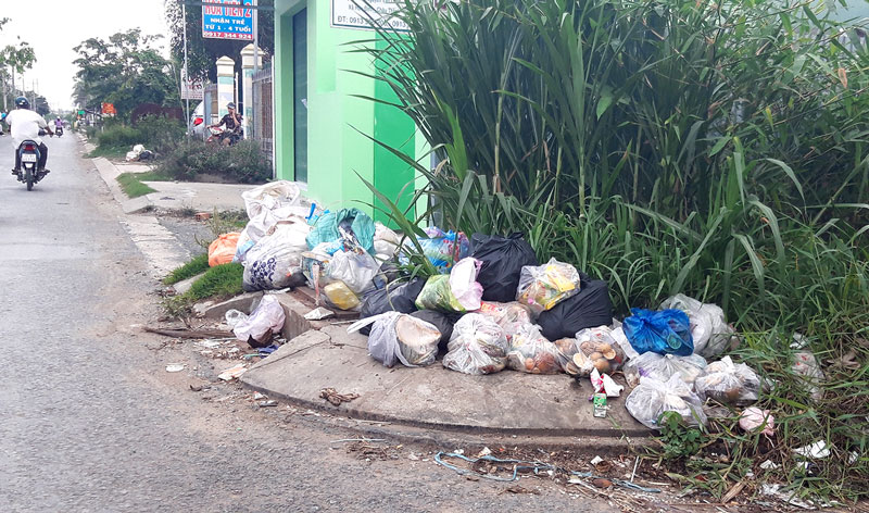 Nhiều bãi rác tự phát dọc tuyến đường khu dân cư.