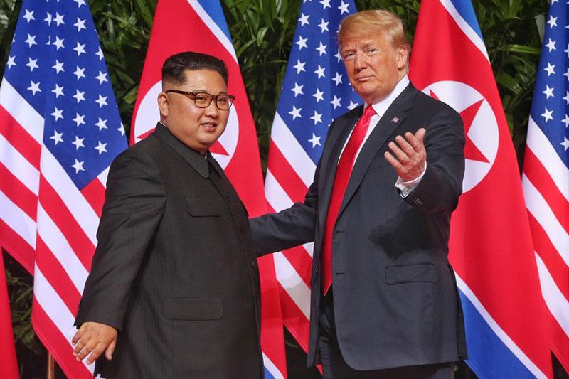 Chủ tịch Triều Tiên Kim Jong-un (trái) và Tổng thống Mỹ Donald Trump tại Singapore năm 2018. Ảnh: AFP