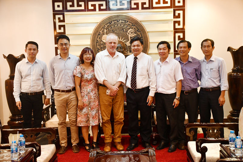 Đoàn chuyên gia chụp ảnh chung với lãnh đạo tỉnh