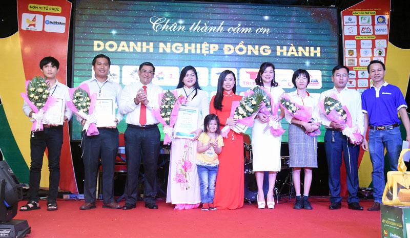 Ông Trương Duy Hải trao hoa và thư cảm ơn cho các doanh nhân tai gala dinner.