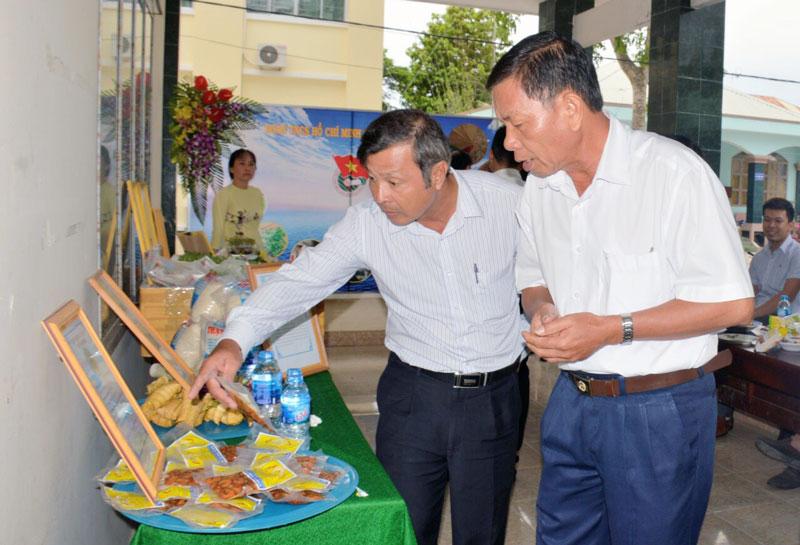 Sản phẩm tép rang dừa Mỹ Hưng được trưng bày tại UBND huyện Thạnh Phú. Ảnh: C. Trúc