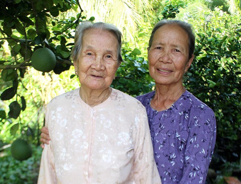 Bà Mười Hóa (bên trái) và bà Sáu Tránh.